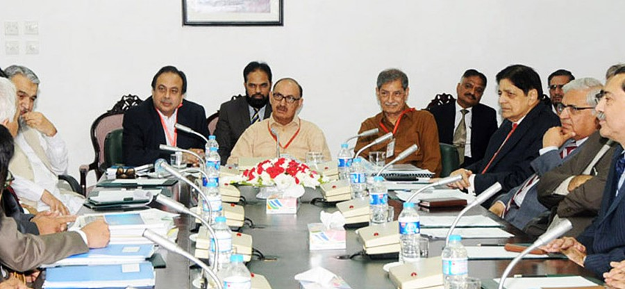Islamabad: 19th May - Special Assistant to Prime Minister Mr. Ashtar Ausaf Ali, Mr. Irfan Siddiqui and Mr. Khawaja Zaheer chairing the meeting at Wafaqi Mohtasib Secretariat Islamabad. DNA Photo