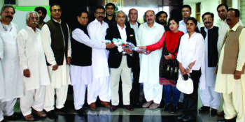 ISLAMABAD, OCT 08: President ICCI Khalid Iqbal Malik presenting a bouquet to members of National Press Club (NPC) during their visit to ICCI headquarters,on Saturday. DNA PHOTO