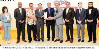 RAWALPINDI, APR 18: RCCI President, Malik Shahid Saleem presenting memento to Chinese Ambassador, Yao Jing, at Rawal Expo B2B Conference.=DNA PHOTO