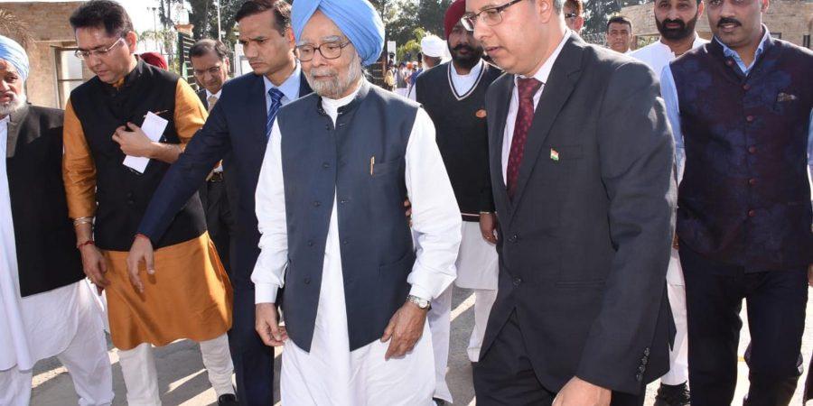 KARTARPUR, NOV 9: Indian Charge d Affaires  Gaurav Ahluwalia escorts Former Indian PM Manmohan Singh to Darbar Sahab Kartarpur venue. DNA