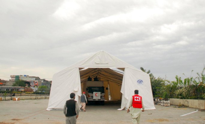 Pic30-010 RAWALPINDI: Mar30- Workers of Pakistan Red Crescent Society are busy in installation of temporary emergency corona virus isolation centers at Rawal Park, as due to increasing of number of corona virus patients government installing isolation centers across the twin cities. ONLINE PHOTO by Waseem Khan