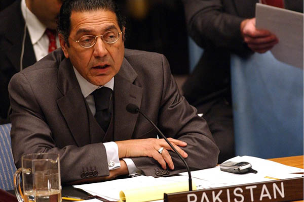 Pakistan's Ambassador to the United Nations Munir Akram delivers his speech to the UN Security Council 07 March, 2003 at the UN in New York.  AFP PHOTO  Stan HONDA (Photo by STAN HONDA / AFP)