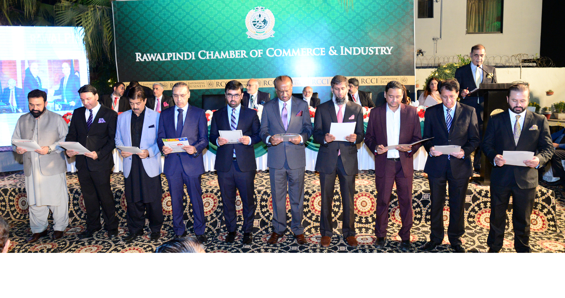 RCCI gorup leader Sohail Altaf taking oath from the newly elected office bearers of Rawalpindi Chamber of Commerce and Industry at Chamber house Rawalpindi