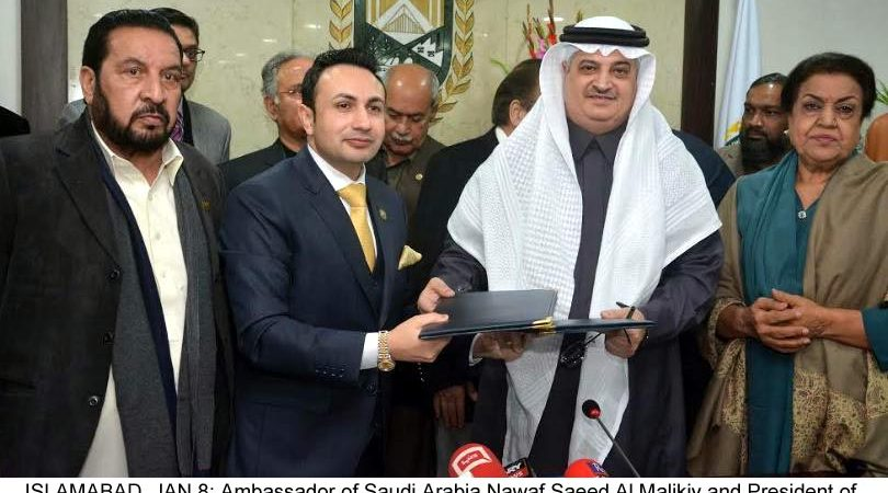 ISLAMABAD, JAN 8: Ambassador of Saudi Arabia Nawaf Saeed Al Malikiy and President of Islamabad Chamber of Commerce and Industry exchange documents after signing MoU, at ICCI Headquarters on Friday.=DNA PHOTO