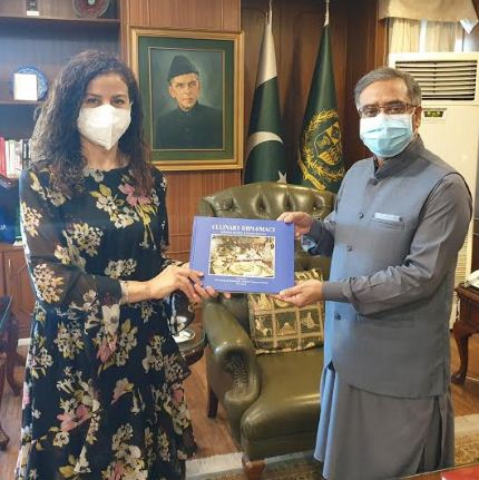Zlatomira Yurdakul presents a book to Foreign Secretary Sohail Mahmood
